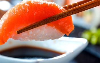 como comer sushi