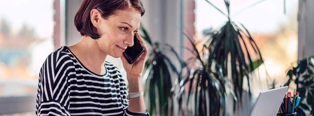 mujer teletrabajando desde su PC