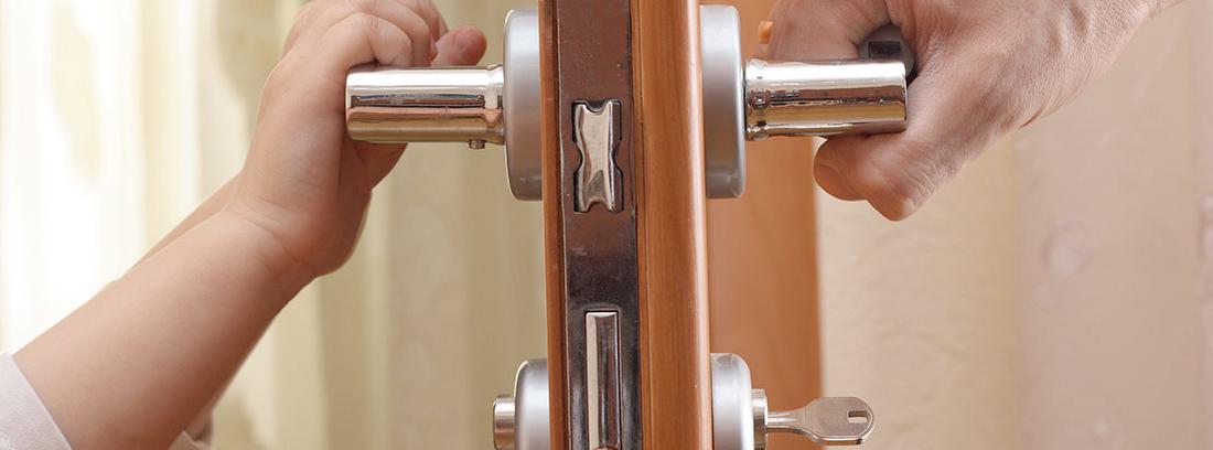 Dos manos abriendo una puerta en la que se muestra sus partes