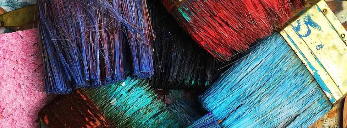 Brochas con pintura de diferentes colores