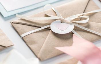 Sobres con invitaciones de boda