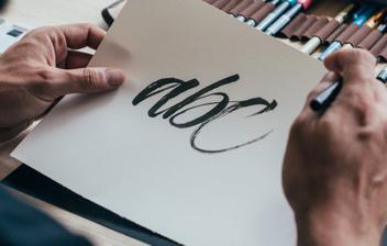 Hombre realizando Lettering