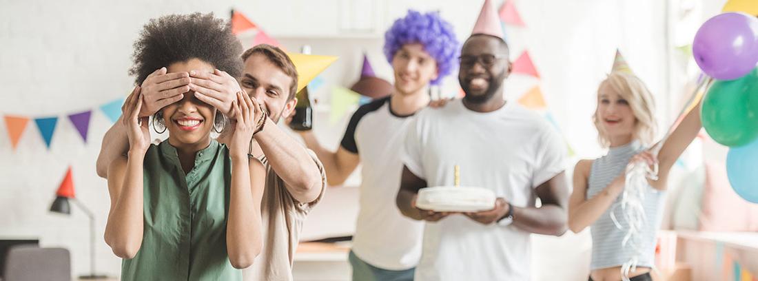 Grupo de amigos celebrando una fiesta sorpresa
