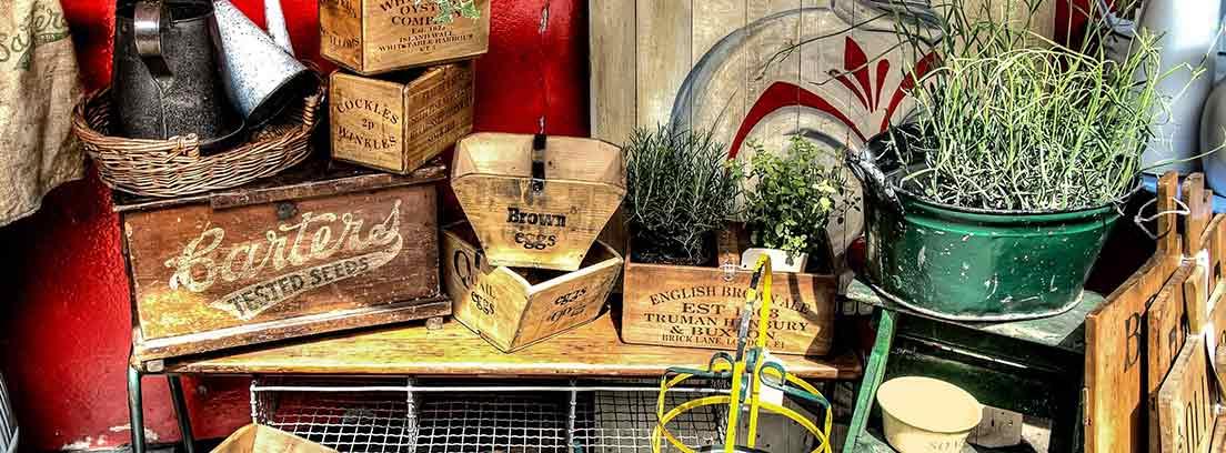 Elementos vintage de un puesto de mercadillo