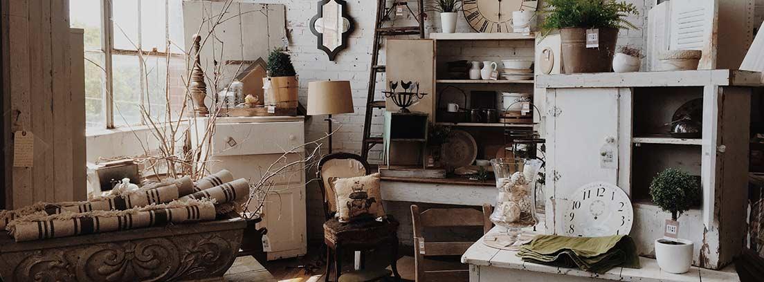 Relojes y otros objetos de decoración antiguos dentro de una tienda