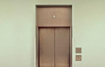 Puerta de un ascensor en una comunidad de vecinos