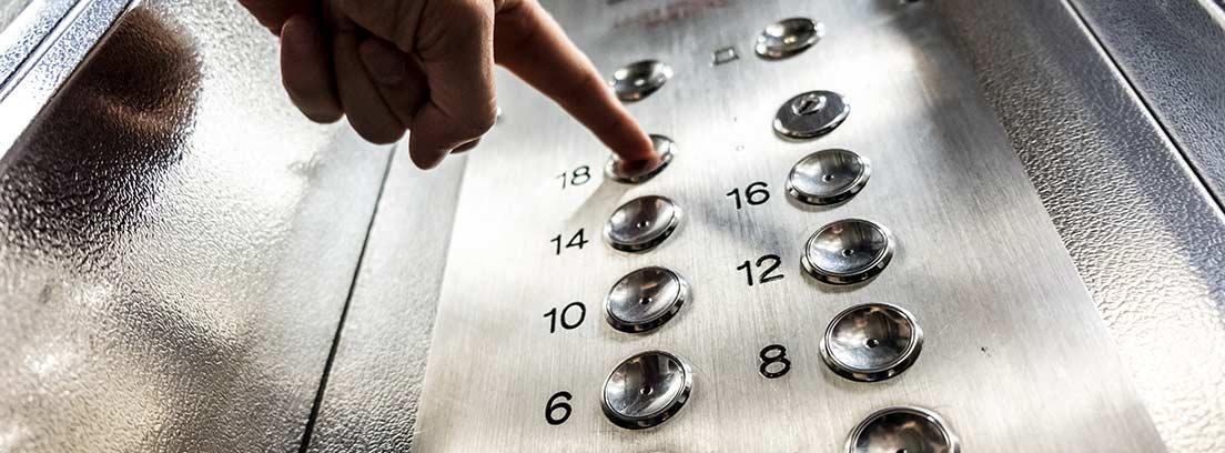 Botones con números en el interior de un ascensor