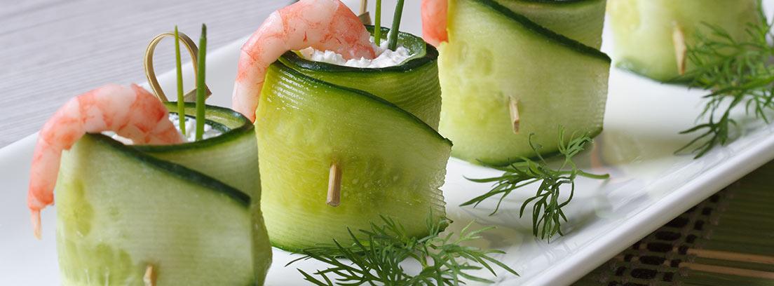 Rollos de pepino con queso crema y camarón, uno de los aperitivos fáciles y originales