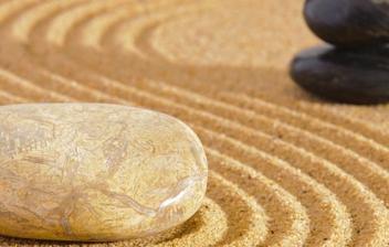 Piedras dispuestas de forma relajante en arena