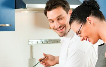 Pareja feliz cocinando