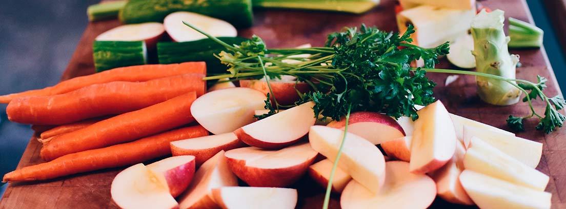 Frutas y verduras cortadas sobre una tabla