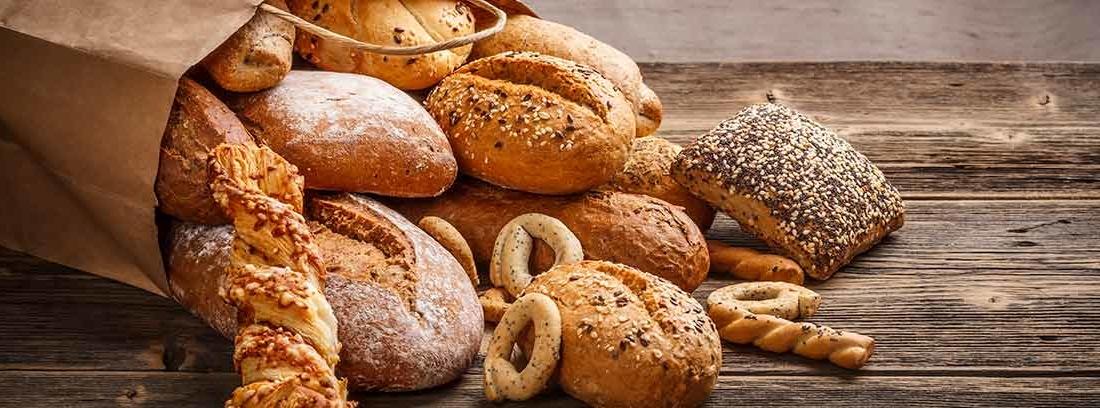 Bolsa de papel llena de diferentes tipos de pan