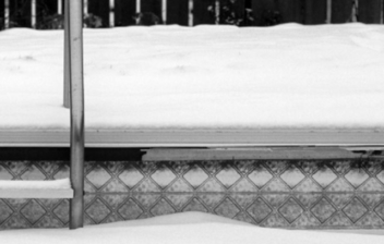 Esclera y piscina cubiertas de nieve