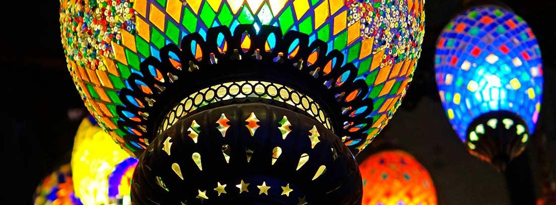 Varios farolillos marroquíes de colores
