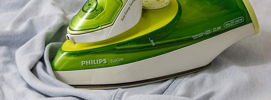 Plancha de color verde sobre ropa.