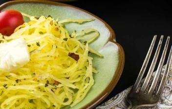 Plato de espaguetis de calabacín con queso