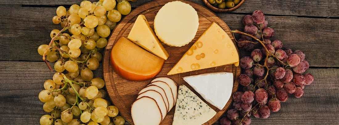 Tabla de queso con uvas y miel