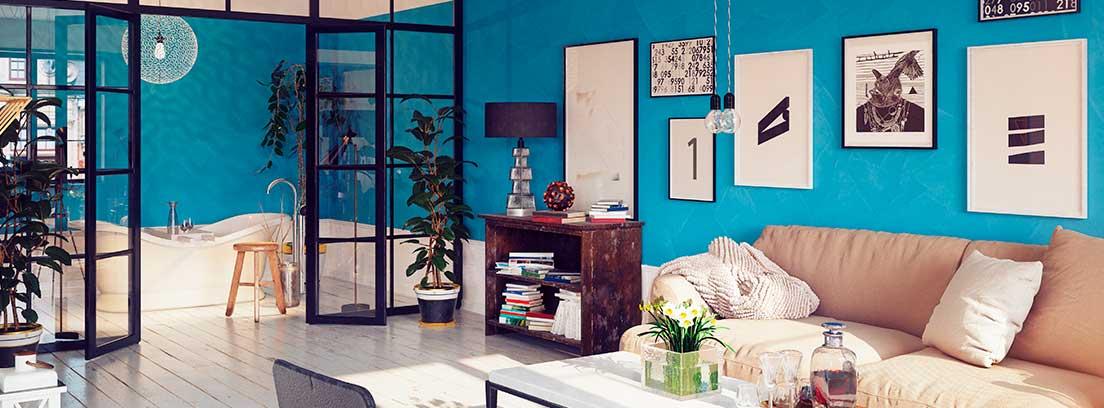 Sala de estar con una composición de cuadros en la pared