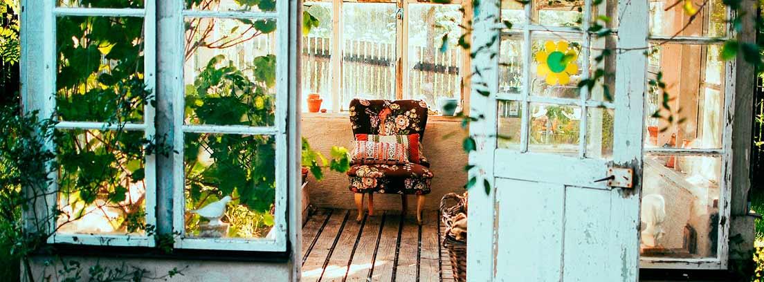 Cobertizo de madera con silla y plantas