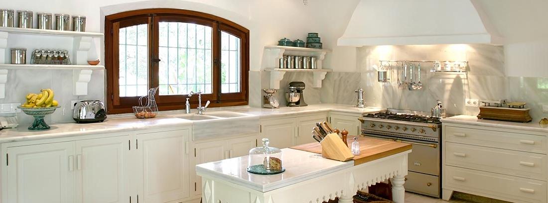 Cocina blanca con vigas de madera