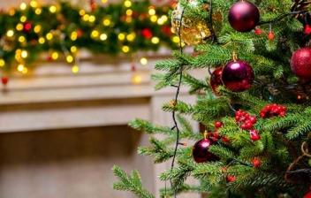 Árbol de Navidad decorado en un salón