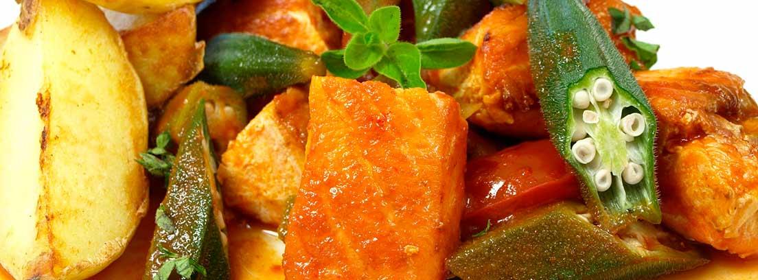 Plato de salmón y verduras con salsa ligera