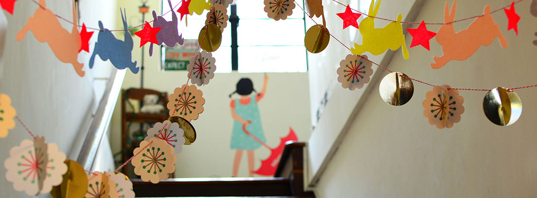 Rellano de escalera con decoración festiva