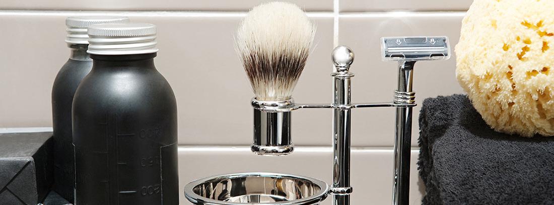 Set de afeitado en un baño