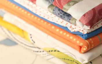 ropa de cama doblada y colocada