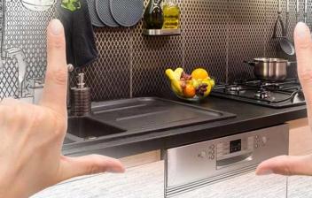 persona intentando encuadrar la distribución de su cocina