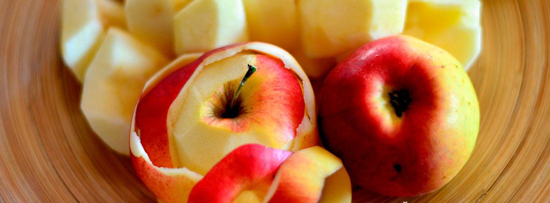 Plato con manzanas peladas