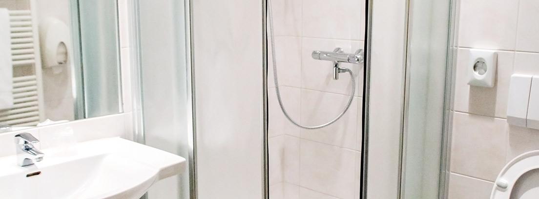Mampara de baño redonda en un baño