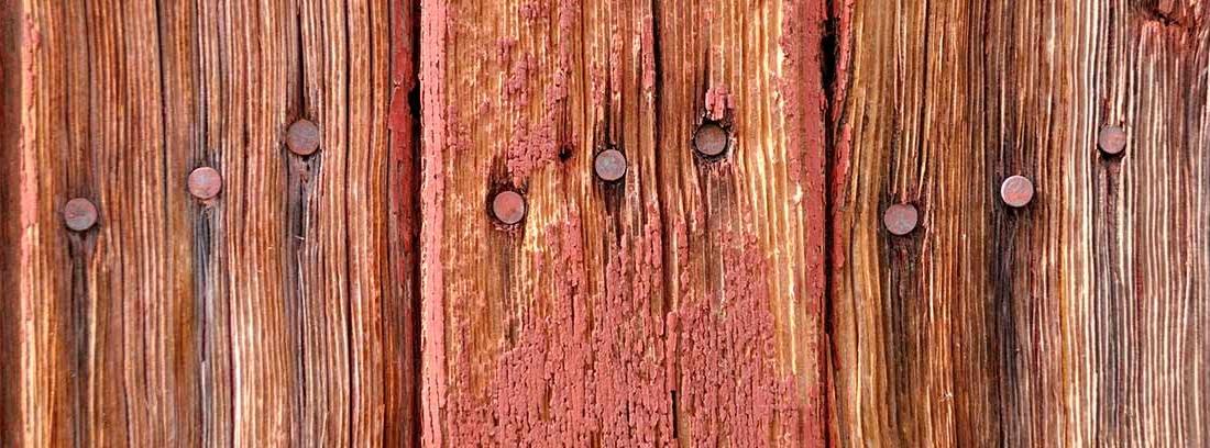 Clavos sobre una madera