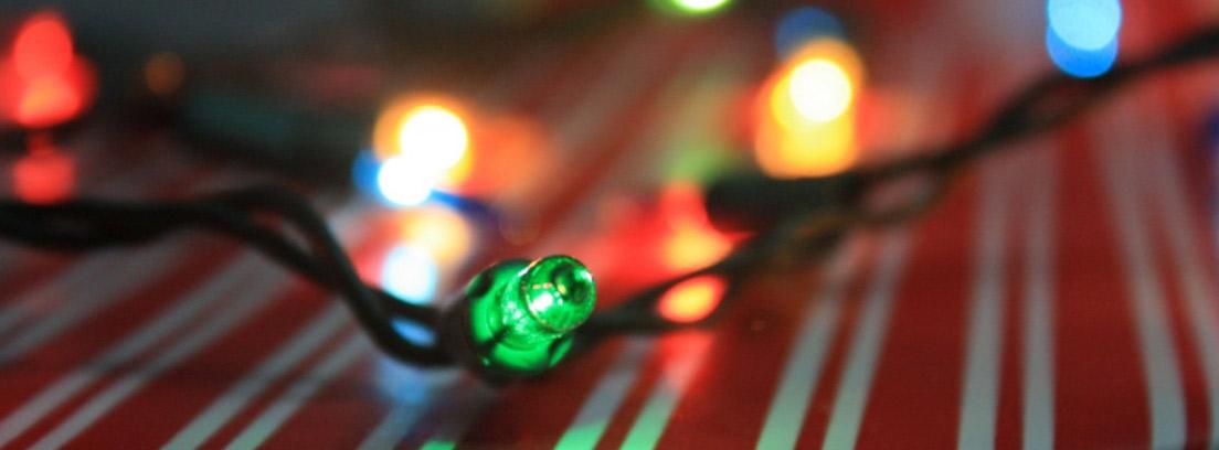 Luces de Navidad sobre un papel de regalo