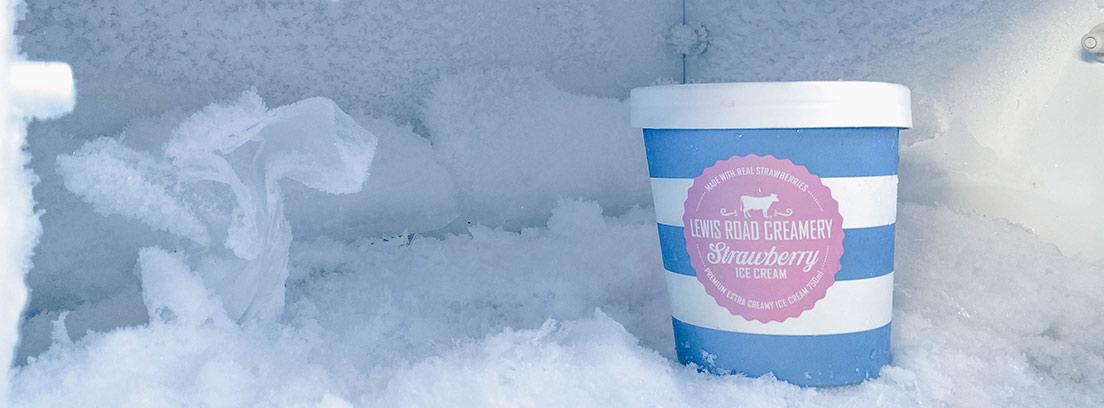 Vaso de rayas azules y blancas dentro de un congelador lleno de hielo y escarcha.