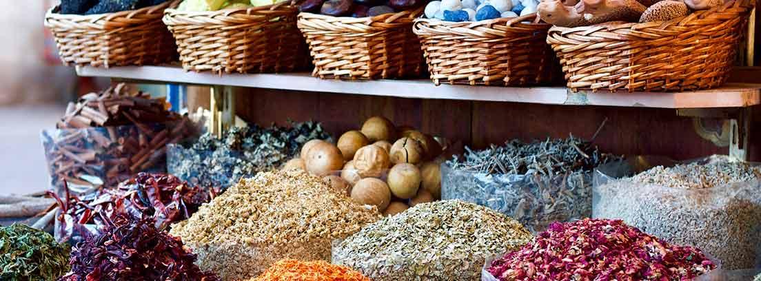 Estantes con cestas con diferentes alimentos y frutas a la venta.