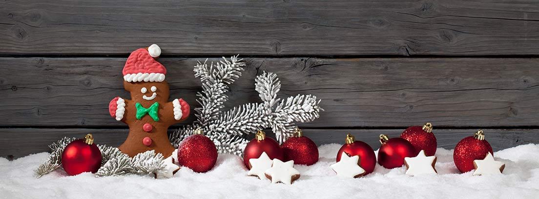 Nieve artificial con adornos navideños sobre ella