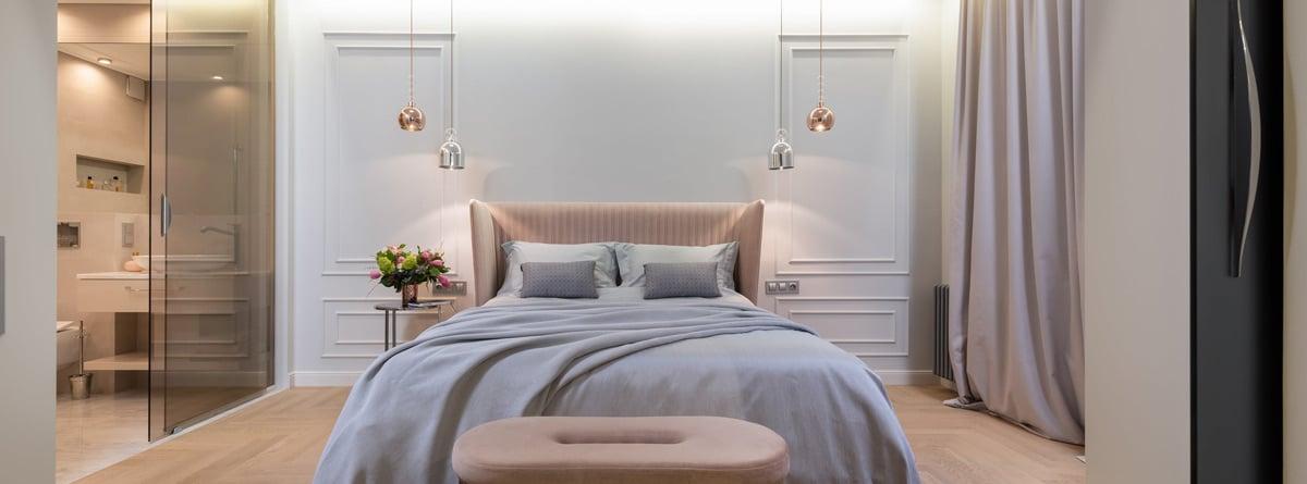 Dormitorio con moldura en la pared