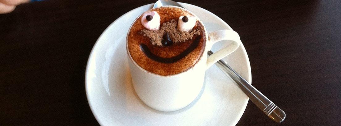 Mug Cake decorado con una cara sonriente