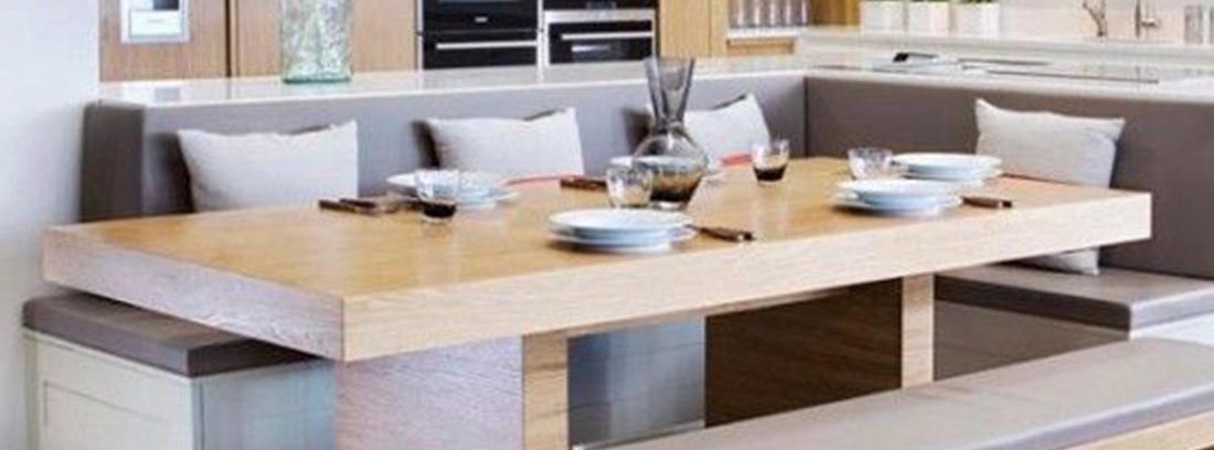 Cocina con mesa rinconera de bancos y banco corrido