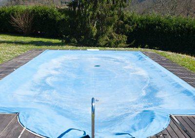 piscina cubierta con una lona