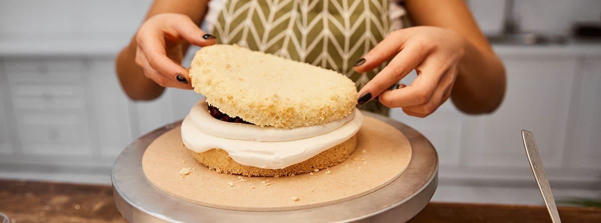 Mujer preparando un bizcocho esponjoso
