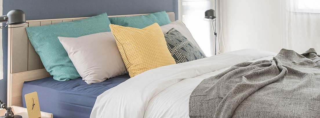 Dormitorio en tonos amarillos y blancos.