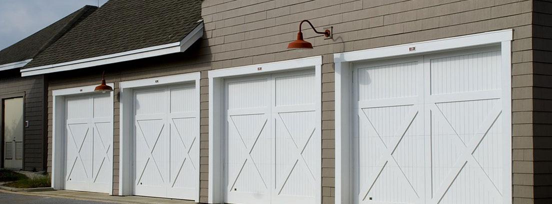Varias puertas de garaje.