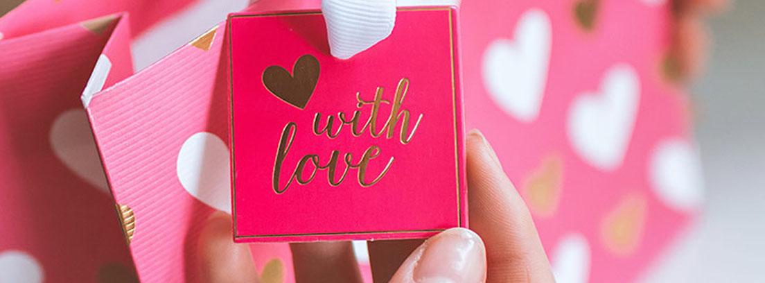 bolsa rosa con corazones blancos
