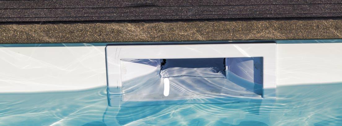 compuerta de un skimmer de una piscina