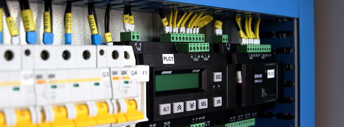 Varios interruptores en un cuadro de luces