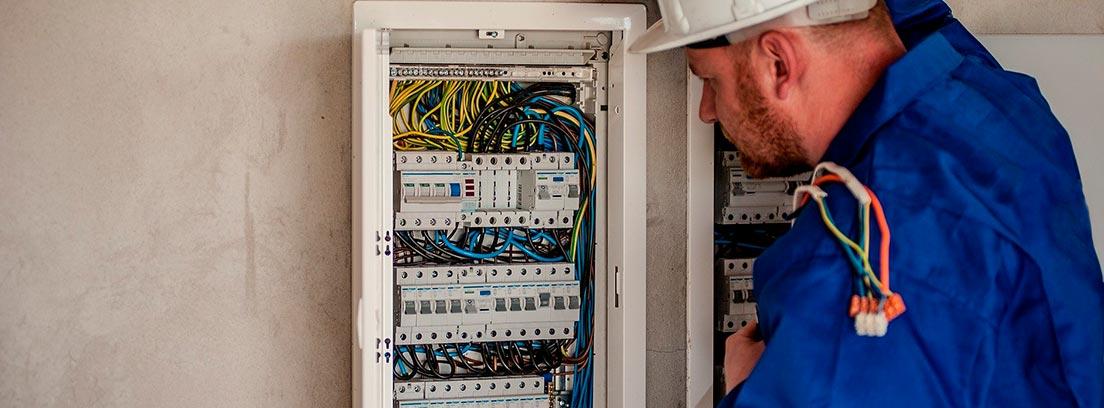 Electricista revisando un cuadro eléctrico