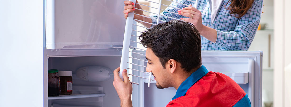 ¿Cómo arreglar un frigorífico que pierde agua?