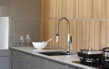 Muebles de cocina en gris con tiradores ocultos